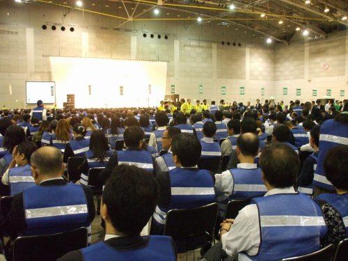 たくさん集まった人達と黄色い服の判定員