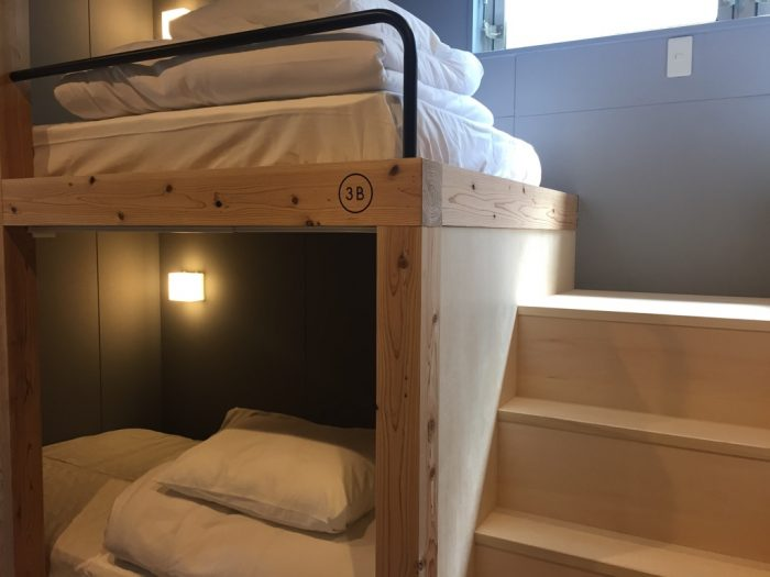 女性客にも配慮した2段ベッドの階段。マットも寛げるようこだわりが。