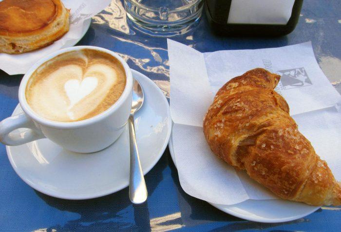 イタリアの朝ごはんといえば、カプチーノとコルネットが定番。