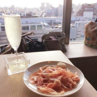 こぼれスパークリングワイン(¥430)と切りたての生ハム(Sサイズ¥980)