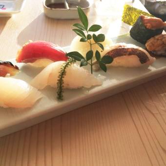 おまかせ寿司(8貫¥1,600)