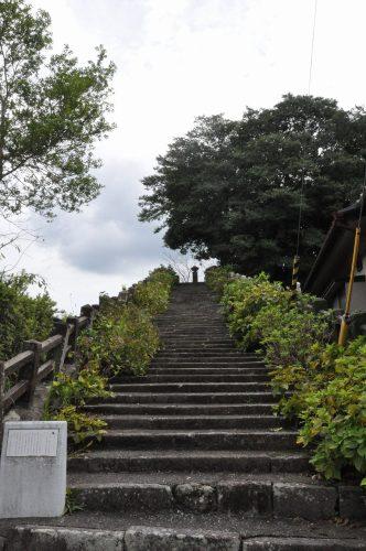 梅雨の時期は紫陽花の花が咲き誇る、街の一角にある階段