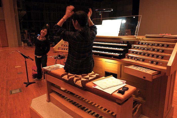 サックスとの協奏プログラムでも、お2人ともノリノリで選曲。ミッションインポシブルなどのキャッチな曲も飛び出しそう。