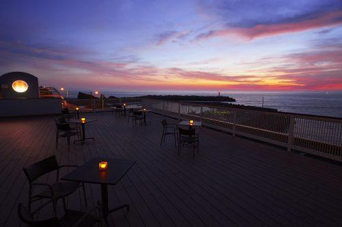 夕暮れ時には、日本夕陽百選に選ばれた美しい夕陽が観賞できます